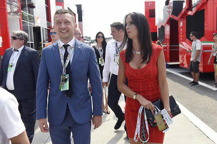 Rogán Antal, a Miniszterelnöki Kabinetirodát vezető miniszter és az akkori felesége, Rogán Cecília a boxutcában a Forma-1-es Magyar Nagydíj rajtja előtt a Hungaroringen 2016. július 24-én. (Fotó: Kovács Tamás/MTI)