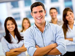 Ölik egymást a cégek a fiatal diplomásokért