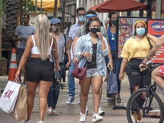 Egyre több helyen kötelező már az utcán is maszkot hordani