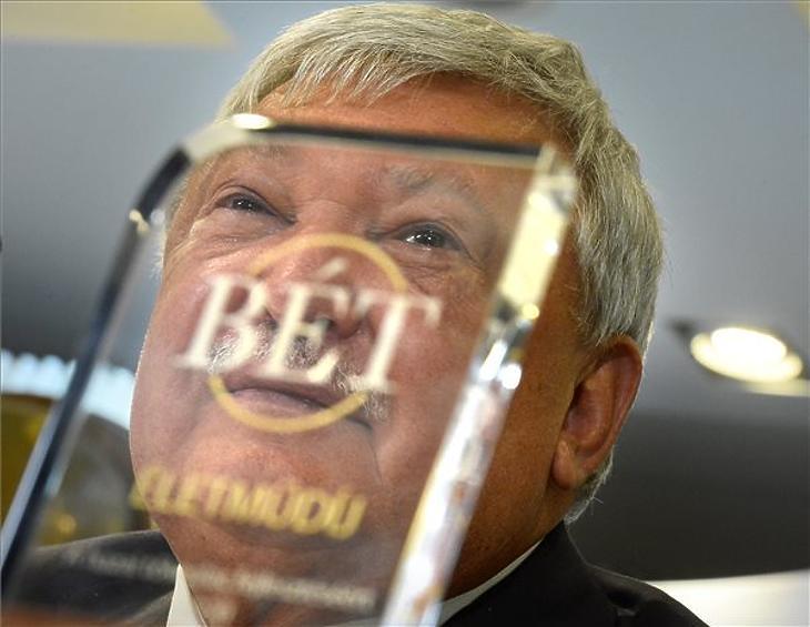 Csányi Sándor, az OTP Bank elnök-vezérigazgatója, miután átvette a hazai tőkepiac fejlesztéséért a tőzsde igazgatósága által adományozott életműdíjat Patai Mihálytól, a Budapesti Értéktőzsde (BÉT) elnökétől az OTP Bank részvényeinek tőzsdei szereplése 25. évfordulója alkalmából rendezett sajtótájékoztatón az V. kerületi Bank Centerben 2020. október 7-én. (Fotó: MTI/Kovács Tamás)