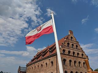 Lengyel barátaink is bezárkóznak