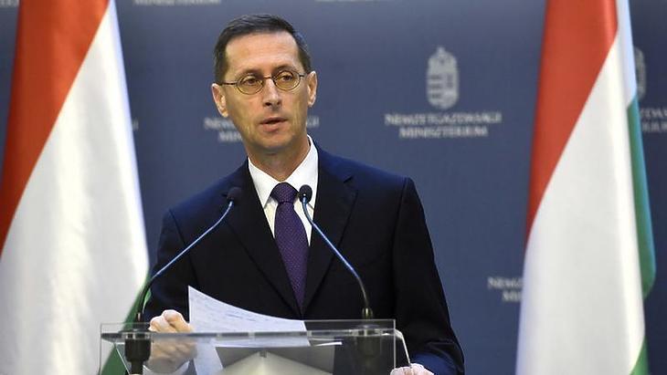 Jó hírekről számolt be Varga Mihály (Fotó: MTI)