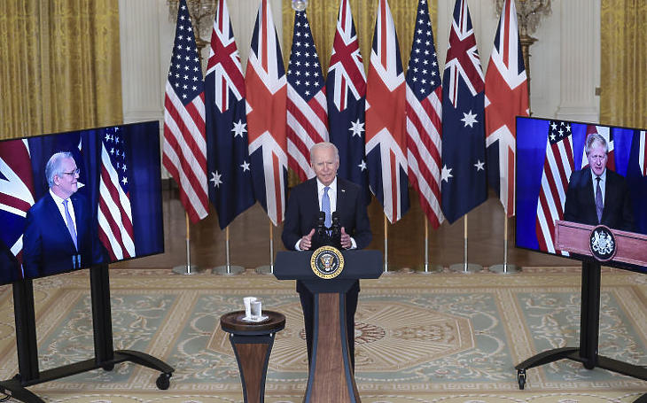 Joe Biden, Scott Morrison és Boris Johnson videokonferencia keretében tart sajtótájékoztatót az AUUKUS-nak elnevezett kezdeményezésről (Fotó: MTI/EPA/Sipa USA pool/Oliver Contreras)
