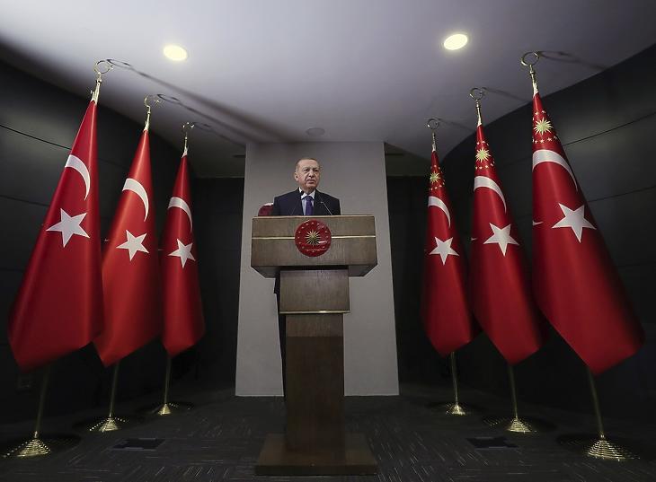 A török államfői hivatal sajtóirodája által közreadott képen Recep Tayyip Erdogan török elnök beszédet mond egy kormányülést követően Isztambulban 2020. május 28-án. MTI/AP/A török államfői hivatal sajtóirodája/Mustafa Kamaci