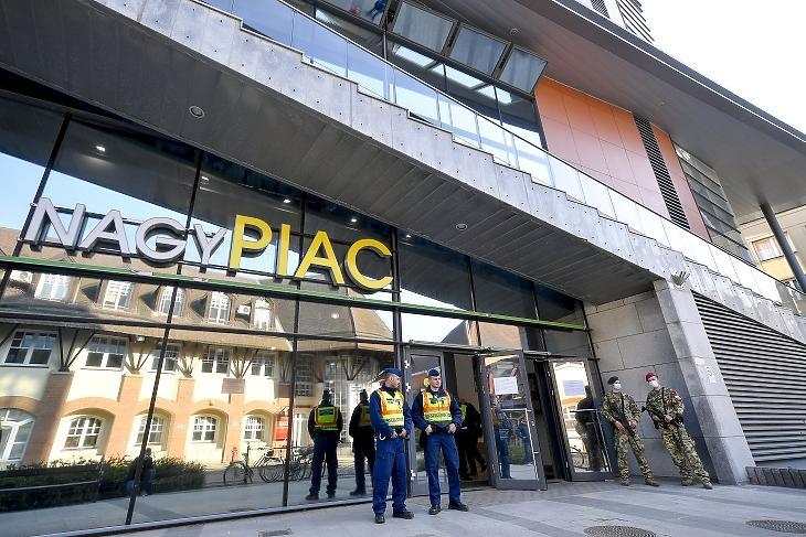 Rendőrök és katonák a debreceni nagypiac bejáratánál 2020. április 4-én. MTI/Czeglédi Zsolt