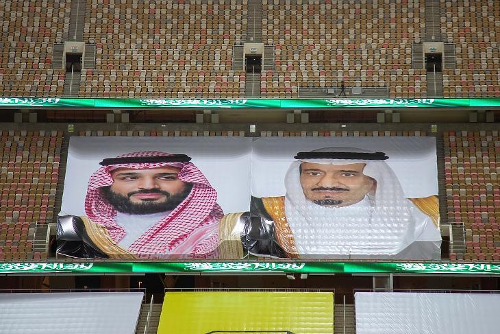 Mohamed bin Szalmán koronaherceg és Szalman ibn Abdul-Aziz Al Szaúd szaúdi király képe egy üres stadionban 2020. augusztusában. Fotó: EPA / STR