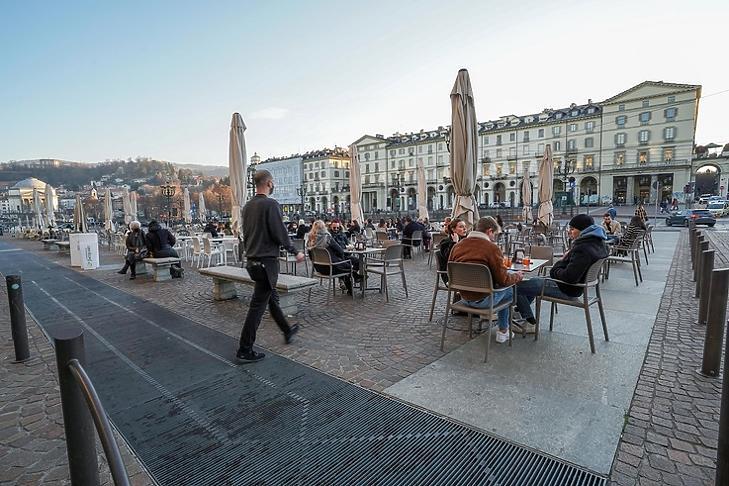 Kávézó emberek Torinóban  2021.  január 12-én.  Olaszország nagy részében este hat óráig már nyitva lehetnek a kávézók,  éttermek. EPA/Jessica Pasqualon