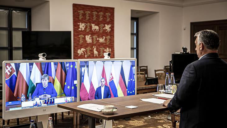Orbán Viktor és Angela Merkel videókonferencián tárgyal a koronavírus gazdasági hatásairól a V4+Németország online csúcson 2020. május 19-én. (Fotó: MTI/Miniszterelnöki Sajtóiroda/Fischer Zoltán)