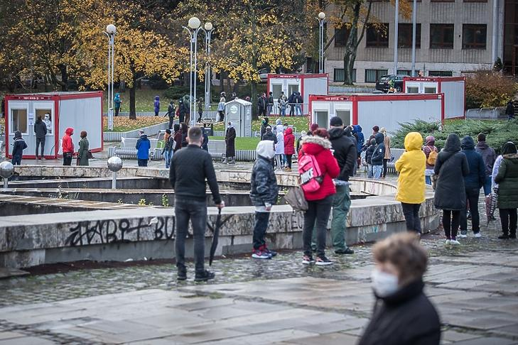Emberek várakoznak koronavírus-tesztre Pozsonyban 2020. október 31-én. EPA/JAKUB GAVLAK