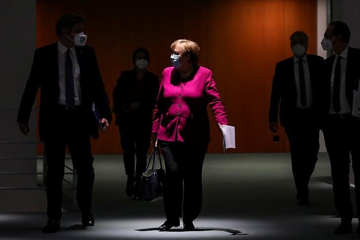 Angela Merkel német kancellár érkezik maszkban egy sajtótájékoztatóra Berlinben 2021. márcus 3-án. EPA/Omer Messinger / POOL