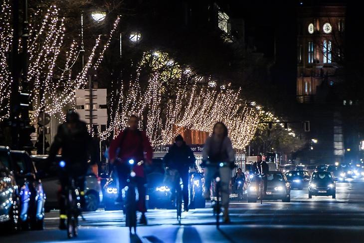Előbb kezdődhet a karácsonyi szünet - a karácsonyi díszekbe öltöztetett Unter den Linden Berlinben 2020. november 23-án. EPA/CLEMENS BILAN