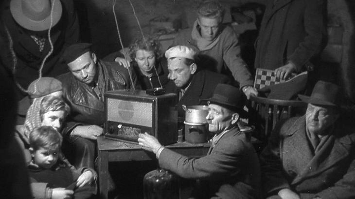 Rádióhallgatás egy pincében, 1956-ban. (Forrás: Nagy Gyula / Fortepan)