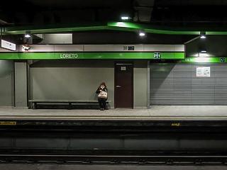 A nap képe: magányos nő a milánói metróban