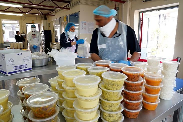 Rászorulóknak főznek önkéntesek Leicesterben 2020. április 10-én. EPA/TIM KEETON