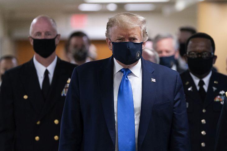 Donald Trump védőmaszkban érkezik látogatásra a Walter Reed katonai kórházba Marylandban 2020. július 11-én. EPA/CHRIS KLEPONIS