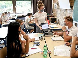 Európai sulikörkép: az órákon is maszkot húznak a diákokra