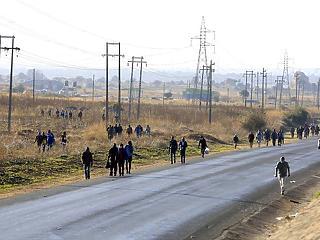 A nap képe: ebben az országban gyalog járnak dolgozni a vírus miatt