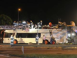 Szörnyű baleset történt: leborotválta a kapu az emeletes busz tetejét