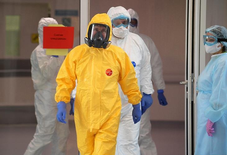 Vlagyimir Putyin orosz elnök (k) speciális védőöltözetben látogatja meg azokat a pácienseket, akiket koronavírus-fertőzés gyanújával megfigyelés alatt tartanak egy moszkvai kórházban 2020. március 24-én. MTI/EPA/Szputnyik pool/Alekszej Druzsinyin