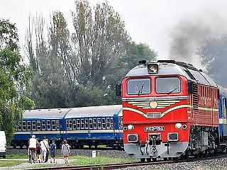 A nap képe: régi idők vonatai tűntek fel a Balatonnál