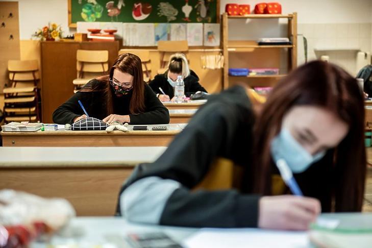 Diákok a matematika írásbeli érettségi vizsgán az egri Eszterházy Károly Egyetem Gyakorló Iskolájában 2020. május 5-én. MTI/Komka Péter