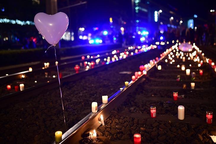A vírus és a válságkezelés is áldozatokkal jár: gyertyás tüntetés a Covid miatt elrendelt korlátozások ellen a vasúti sínek mentén Lipcsében 2020. november 7-én. EPA/CLEMENS BILAN
