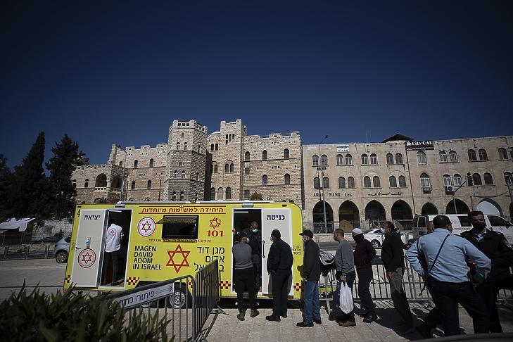 Koronavírus elleni vakcinára várakozó palesztinok Jeruzsálem óvárosában 2021. február 26-án. (Fotó: MTI/EPA/Atef Szafadi)
