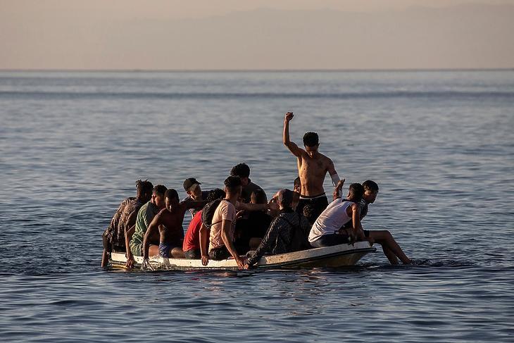 Egy kiskorú migránsokkal tömött csónak úton Ceuta felé 2021. május 19-én. EPA/Brais Lorenzo