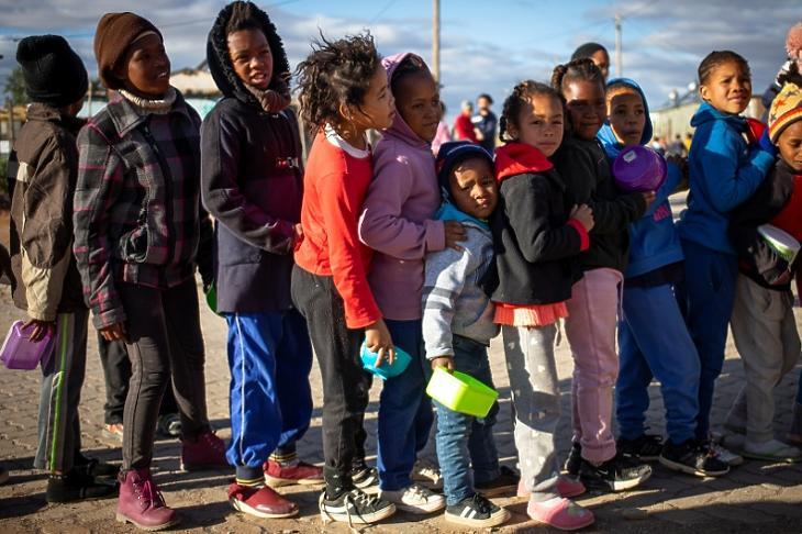 Gyerekek állnak sorba élelemért a dél-afrikai Willowmore-ben 2020. június 12-én. EPA/KIM LUDBROOK