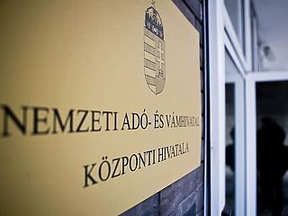 Még az adóhivatal dolgozói is csak miniszteri engedéllyel hagyhatják el az országot mától