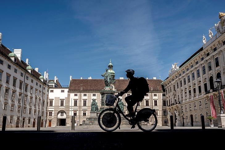 Biciklis a bécsi Hofburgnál 2020. április 16-án. EPA/CHRISTIAN BRUNA