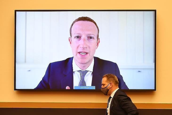 Mark Zuckerberg Facebook-vezér egy tavaly nyári távmeghallgatáson. Illusztráció. (Fotó: EPA/MANDEL NGAN)