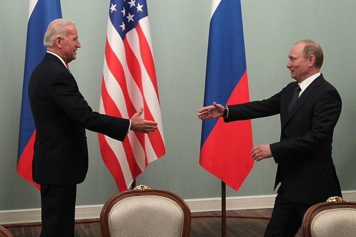 Vlagyimir Putyin akkori orosz kormányfő üdvözli Joe Biden akkori amerikai alelnököt Moszkvában 2011 márciusában. (Fotó: Makszim Sipenkov / EPA / MTI)
