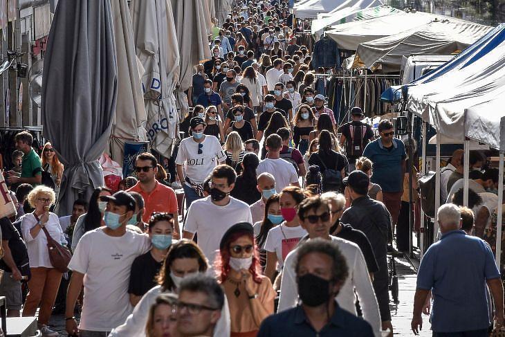 Emberek az újranyitott Naviglio Grande melletti piacon Milánóban 2020. augusztus 30-án. EPA/MATTEO CORNER