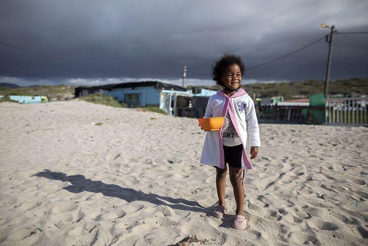Egy kislány vár ételosztásra Fokvárosban Dél-Afrikában 2020 április 20-án. EPA/NIC BOTHMA