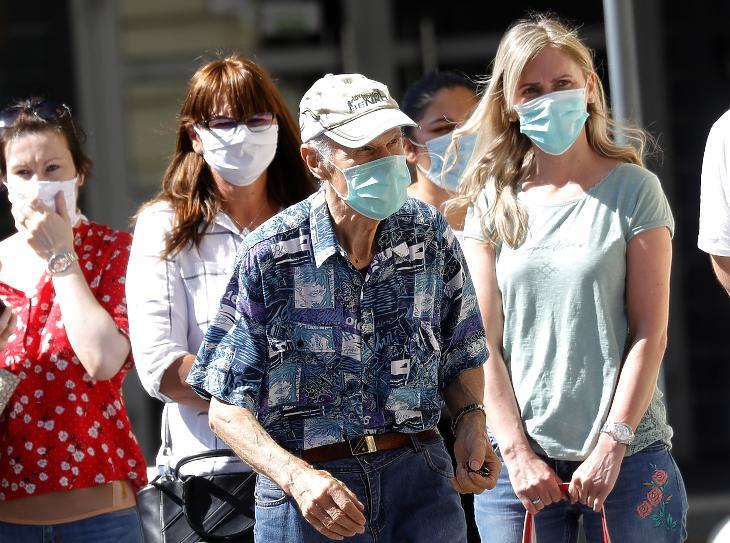Védőmaszkos járókelők Zágrábban 2020. július 13-án. Ettől a naptól a koronavírus-járvány miatt kötelező a szájmaszk viselése az egészségügyi intézményekben, a közösségi közlekedési eszközökön és az üzletekben. MTI/EPA/Antonio Bat