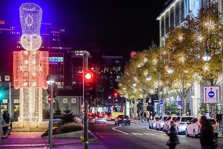 Piros jelzés a nagy karácsonyi partiknak:  berlini díszkivilágítás 2020. november 23-án. EPA/CLEMENS BILAN