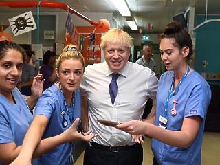 A nap képe: ennyi nővel még nem láttuk Boris Johnsont