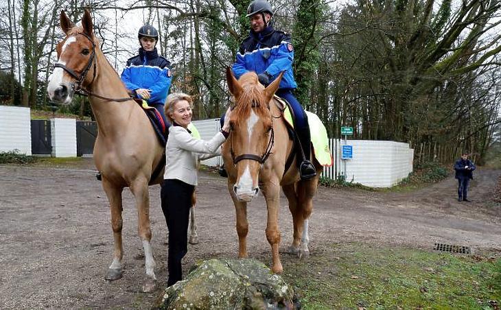 A nap képe: lovakkal barátkozik Európa új nagyasszonya