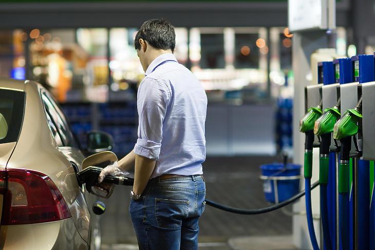 Fél éve nem látott mértékben csökken a benzin ára. Fotó: depositphotos.com
