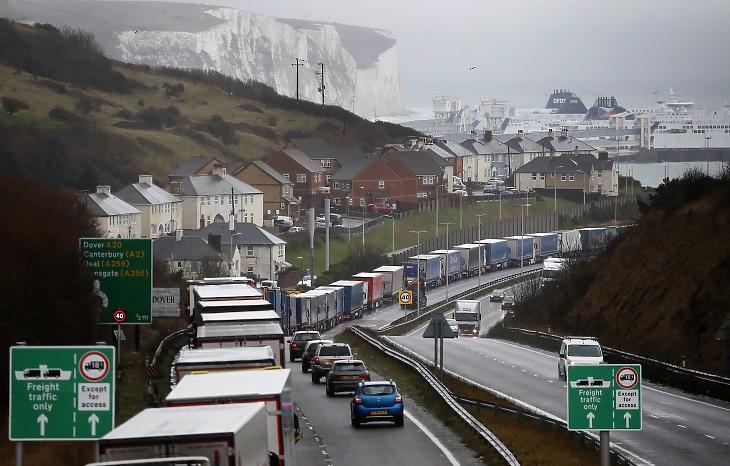Teherautók hosszú sora az angliai Dover kikötője felé vezető autóúton 2020. decemberében. Nem elég a megállapodás nélküli Brexit, most még egy újfajta koronavírus is sújtja a forgalmat. Fotó: MTI/AP/Frank Augstein