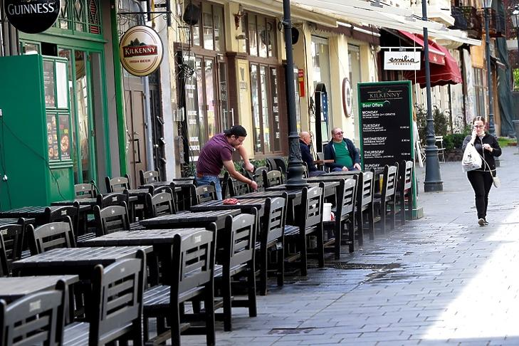 Egy étterem terasza Bukarestben 2020. május 15-én. EPA/ROBERT GHEMENT