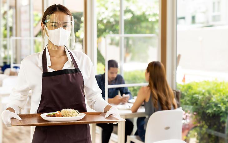 A felszolgálóknak maszkot  kell viselniük, már ahol még nyitva vannak az éttermek (Fotó: depositphotos.com)
