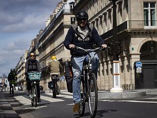 Kinyithatnak keddtől a párizsi vendéglátóhelyek,  a teraszok a járdákat és az úttesteket is elfoglalhatják