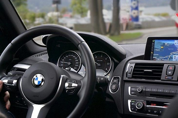BMW autó volánja. (Pixabay.com)