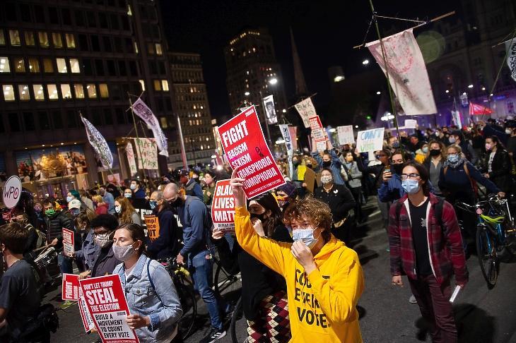 Tüntetők feliratokat tartanak a kezükben, amelyeken azt követelik, hogy az elnökválasztáson leadott összes szavazatot számolják meg, Philadelphiában, 2020. november 4-én, egy nappal az amerikai elnök-, valamint képviselőházi és részleges szenátusi választások után. Fotó: EPA / Tracie Van Auken