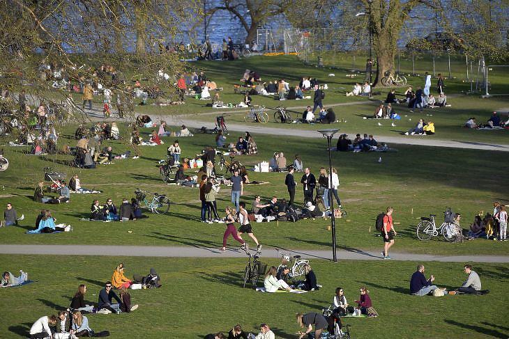 Piknikezők élvezik a napsütést egy stockholmi parkban 2020. április 22-én. EPA/ANDERS WIKLUND