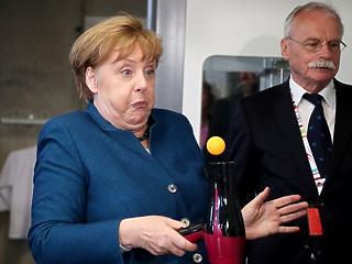 A nap képe: egészen fura dolgot művelt Merkel egy teniszlabdával
