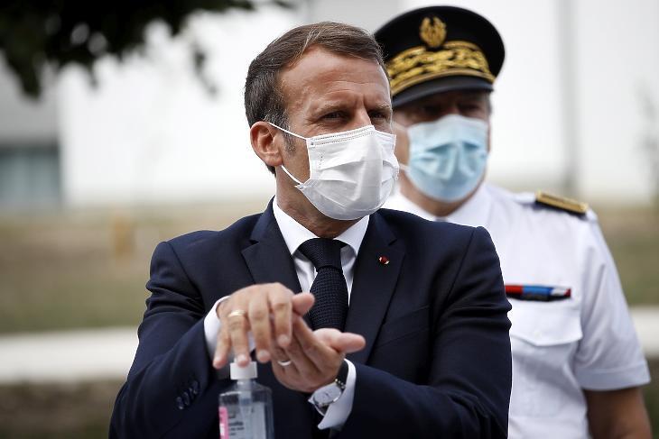 Emmanuel Macron francia elnök a kezét fertőtleníti a La Bonne Eure idősek otthonába érkezésekor a Párizstól délre fekvő Bracieux településen 2020. szeptember 22-én, a koronavírus-járvány idején. MTI/EPA/Yoan Valat