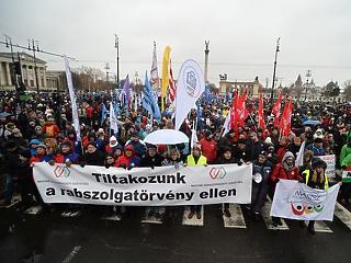 Ráijesztettek Orbánra? Sztrájkot ígértek a túlóratörvény ellen